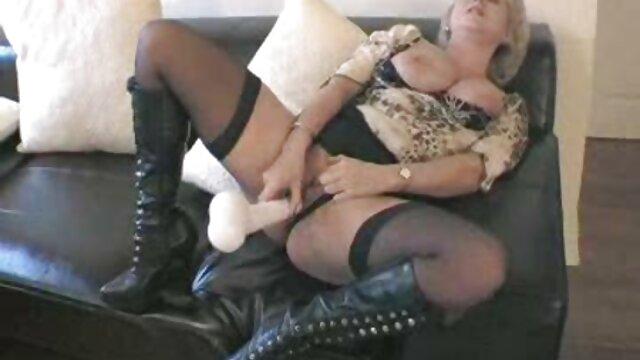 پیکاپر برای پول با یک بلوند رابطه جنسی کس با مامان برقرار می کند.