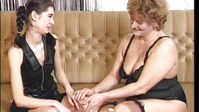 زن نقاشی شده ، فالوس را مکیده و رابطه جنسی برقرار سکس مادر حشری می کند.