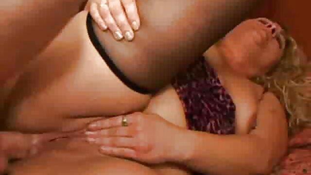 او سکس در خواب مامان لباس شنا بیکینی را به او نشان می دهد.
