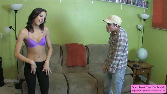 عشق با brunettes در جوراب ساق بلند فیلم سکس با مامان روی میز.