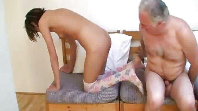 عصبانیت حاصلخیز فیلمهای سکسی با مامان بر روی باسن آشفته می شود.