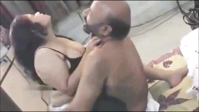 ماساژور بیمار جوان را اغوا می مامان جوردی کند.